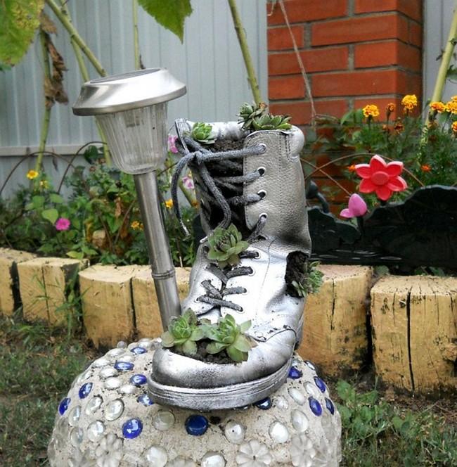 Эффектное превращение старого башмака в новый горшок для цветка