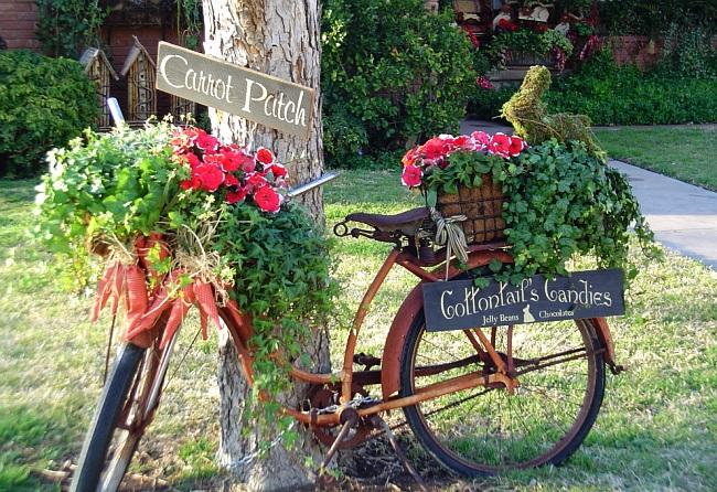 Велосипед в роли подставки для цветов