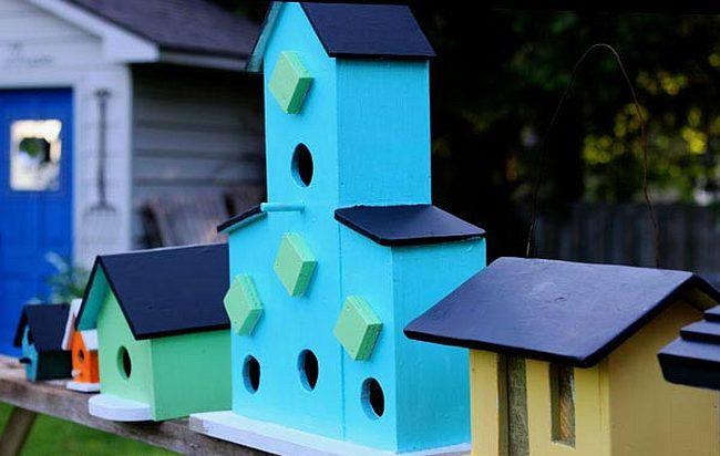 Яркие скворечники и кормушки для птиц