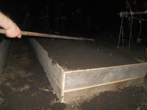 Фото 28. Грунт накидывается с небольшой горкой