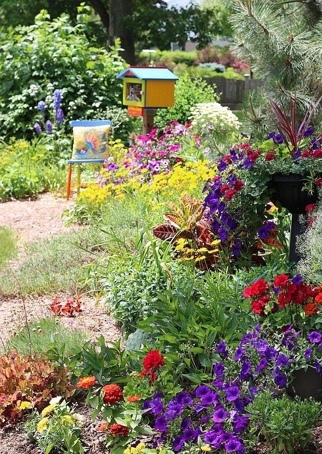 Декоративные элементы хорошо смотрятся в саду