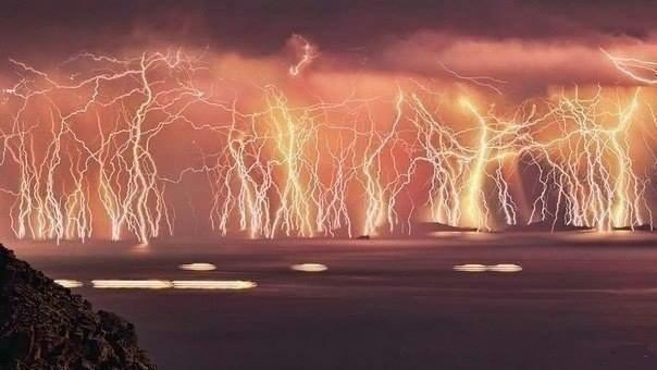 70 молний во время шторма на острове Икария, Греция