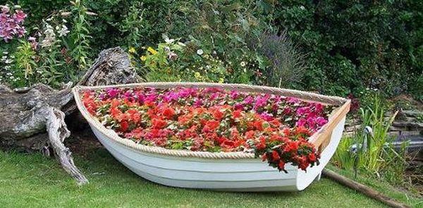 Клумба из лодки
