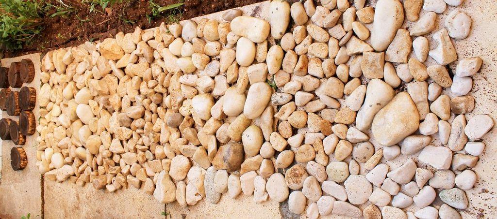 Выкладываем собранные камни на ровной поверхности