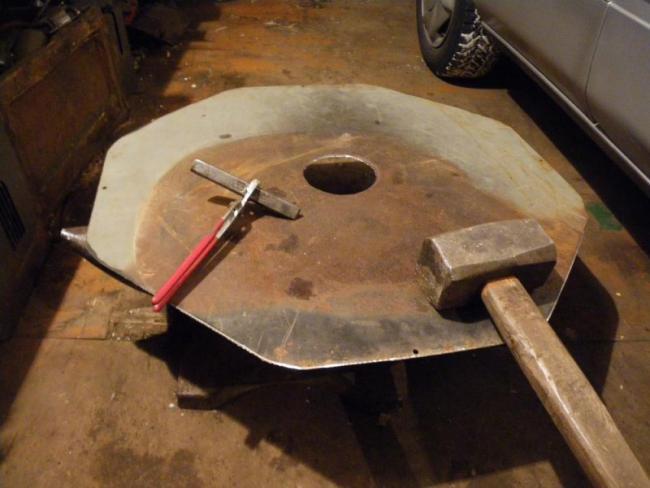 Делаем крышку, которую наденем на трубу
