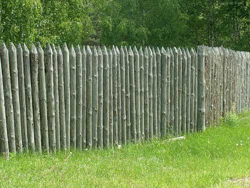 Дешевый забор, выполненный своими руками