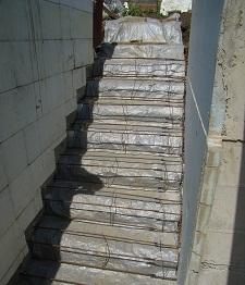 Залитый бетон накрыт пленкой