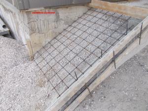Засыпьте дно опалубки для ступеней 10-сантиметровым слоем щебенки