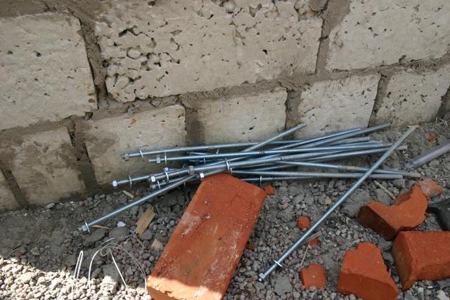 Металлические шпильки с резьбой для крепления мауэрлата
