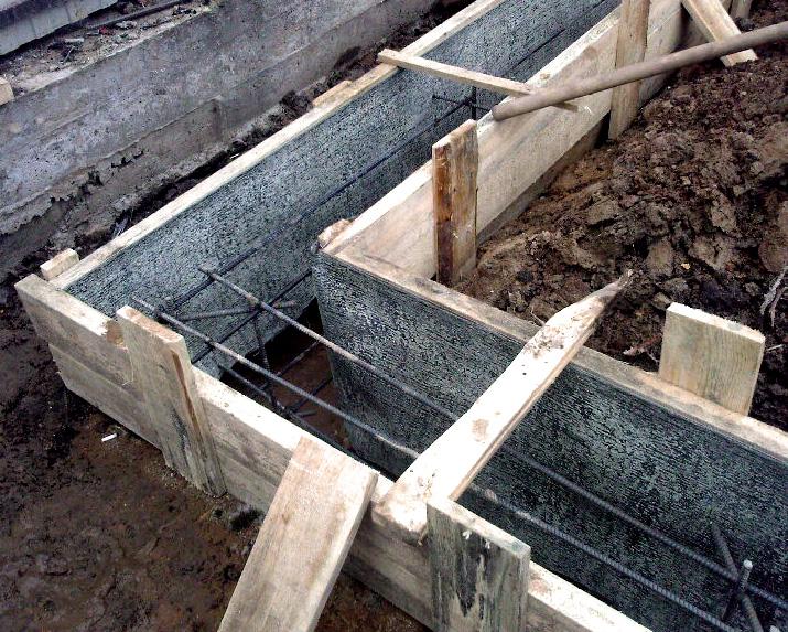 Опалубка и размещённый внутри металлический каркас