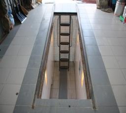 Отделка ямы плиткой и установка светильников