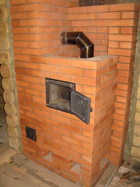 Отопительная печь расположена у стены