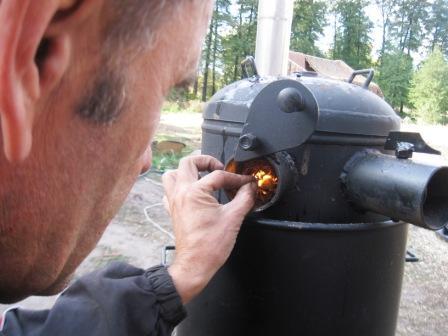 Печь на опилках в теплице