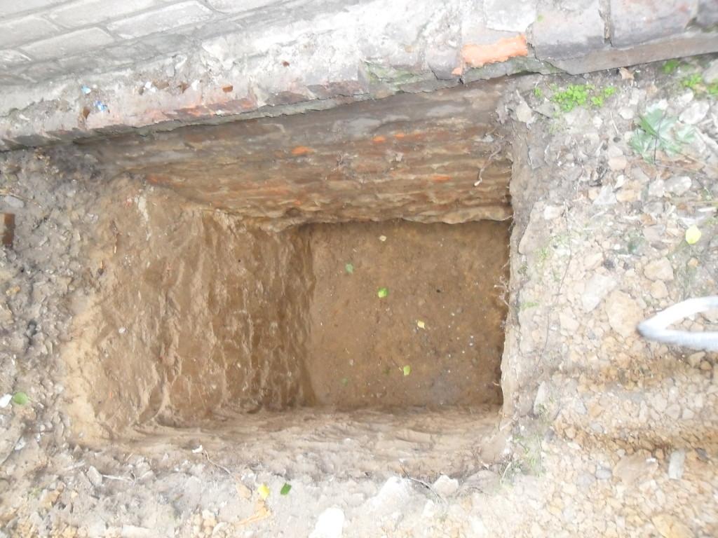 Роем прямоугольные ямы под столбики