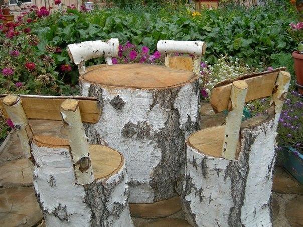Стол и стульчики из дров и пней