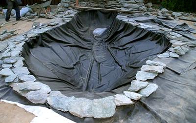 Укрепляем пленку камнями