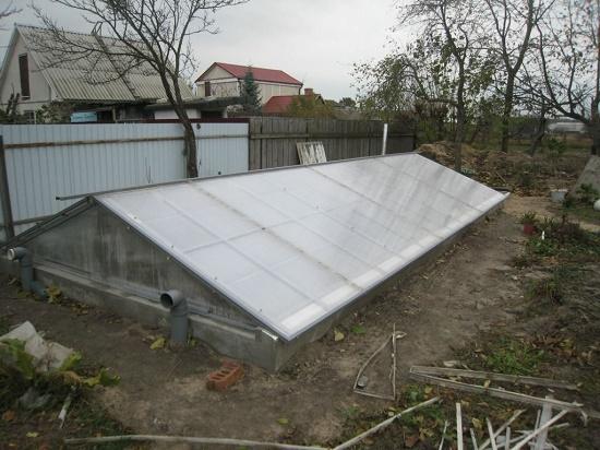 Заглубленная теплица термос с крышей из поликарбоната