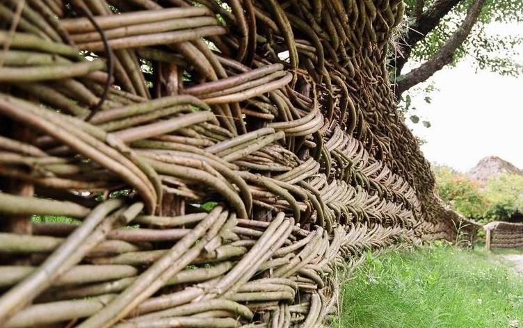 Вариант плетеной изгороди