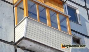 Остекление балкона деревянными рамами с выносом по подоконнику