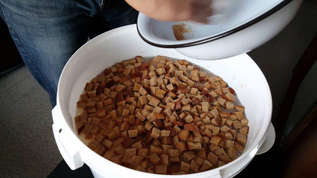 Для приготовления настоя лучше всего подойдет черный и ржаной хлеб