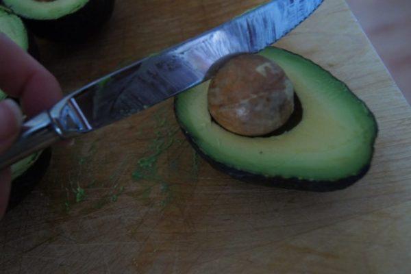 Добыча косточки из авокадо
