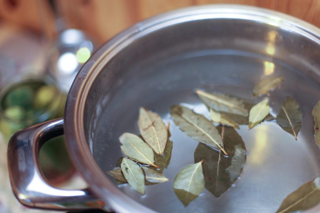 В воду засыпаются сухие лавровые листья