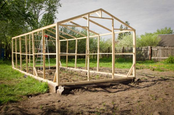 Чаще всего дачники предпочитают устанавливать двускатную крышу