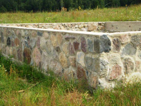 Фундамент из природного камня не только прочный, но и очень эстетичный