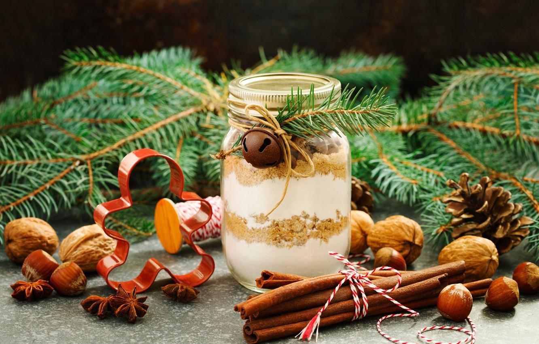 Орехи, палочки корицы, свечи, ветки хвои - отличный декор для украшения дома к Новому Году