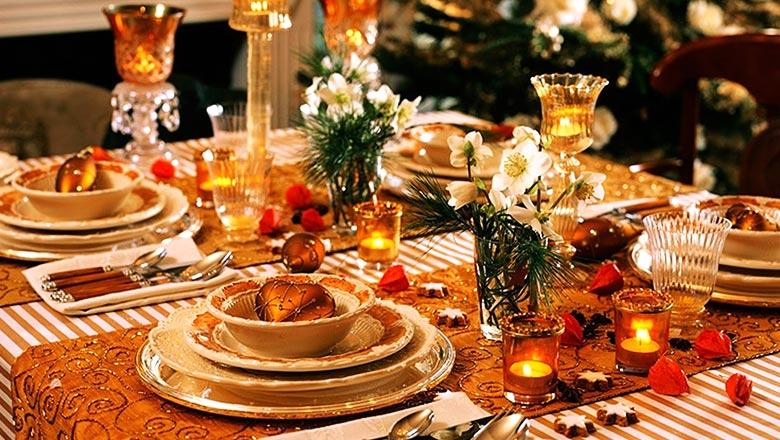 Роскошная сервировка стола и букетики цветов в небольших вазочках и стаканах - все это оценит по достоинству Земляная Свинья