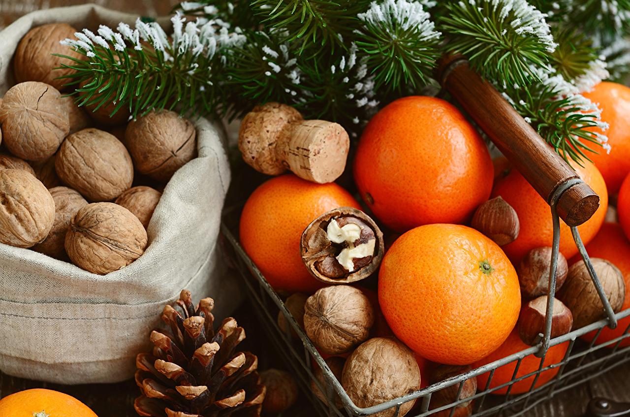 Орехи, мандарины, апельсины в Новый 2019 Год