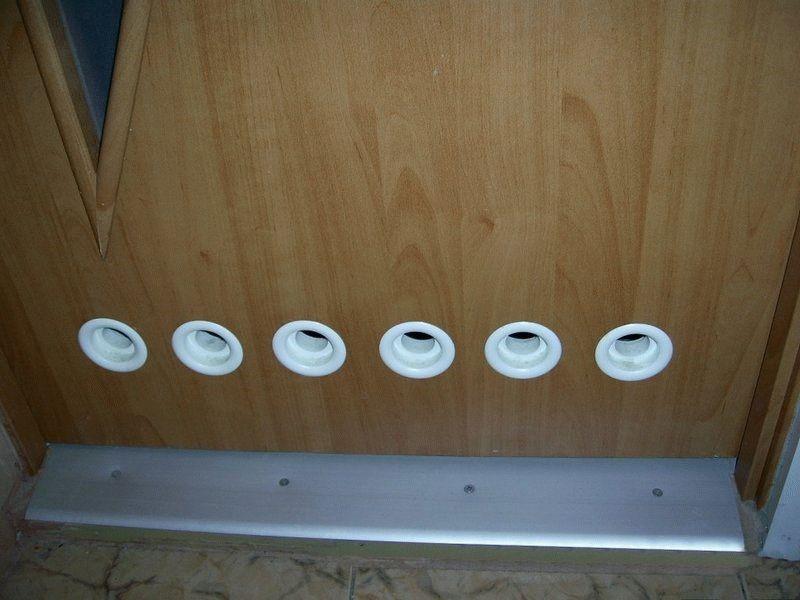 Вентиляционные отверстия в двери ванной