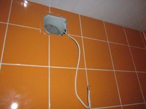Шаг 5 – облицовка стены плиткой