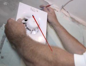 Шаг 7 – продевание провода через отверстие в корпусе