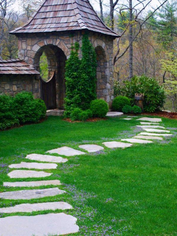 Красиво и естественно смотрятся извилистые каменные тропки