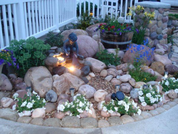 Используйте для украшения альпийской горки искусственное освещение — это смотрится очень эффектно в тёмное время суток