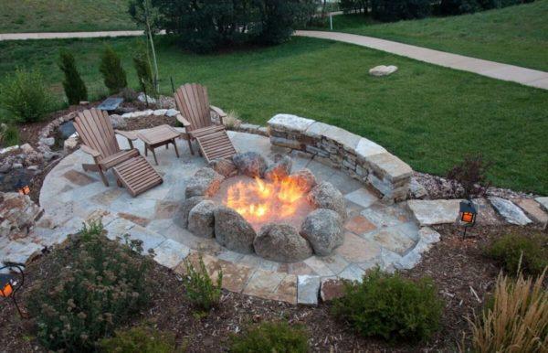Лучше всего устроить зону отдыха с мангалом или очагом на заднем дворе