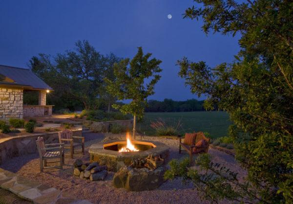 Очаг в зоне отдыха не просто украшение, но и способ согреться в осенние вечера, создать уют и настроиться на романтический лад