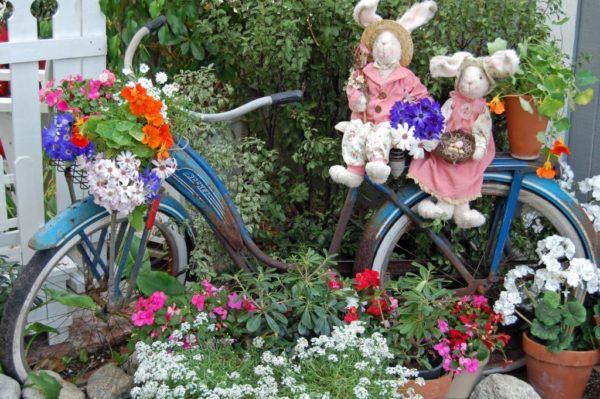 Старый велосипед станет отличным украшением сада