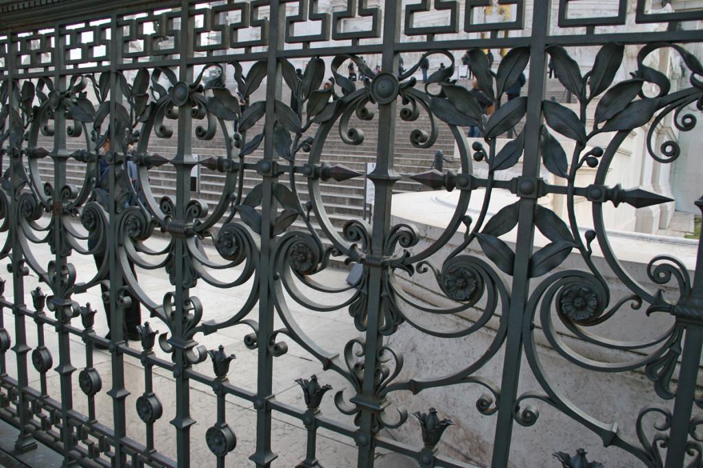 Кованый забор на площади Венеции