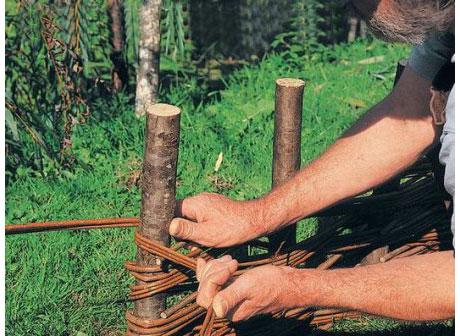 Концы веток плотно затянуть, чтобы плетень не распался