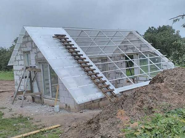 Чаще всего на подземных теплицах устанавливают двускатную форму крыши