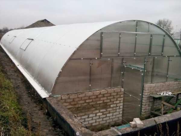 Нередко используется и поликарбонат, поскольку он довольно надежен, хорошо проводит тепло
