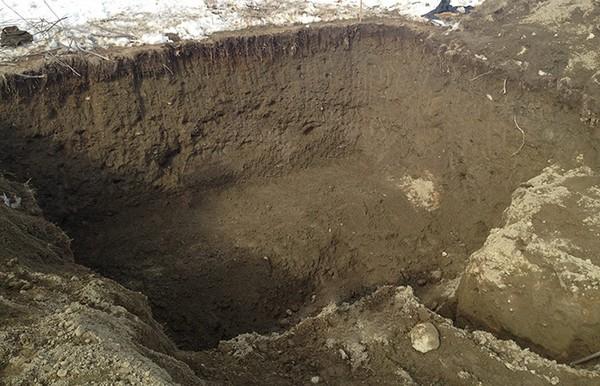 Вырыть яму можно самостоятельно или задействовать экскаватор