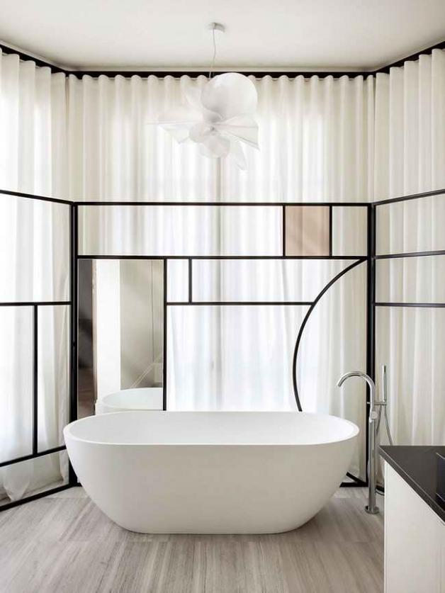 Интерьер ванной с окном в скандинавском стиле