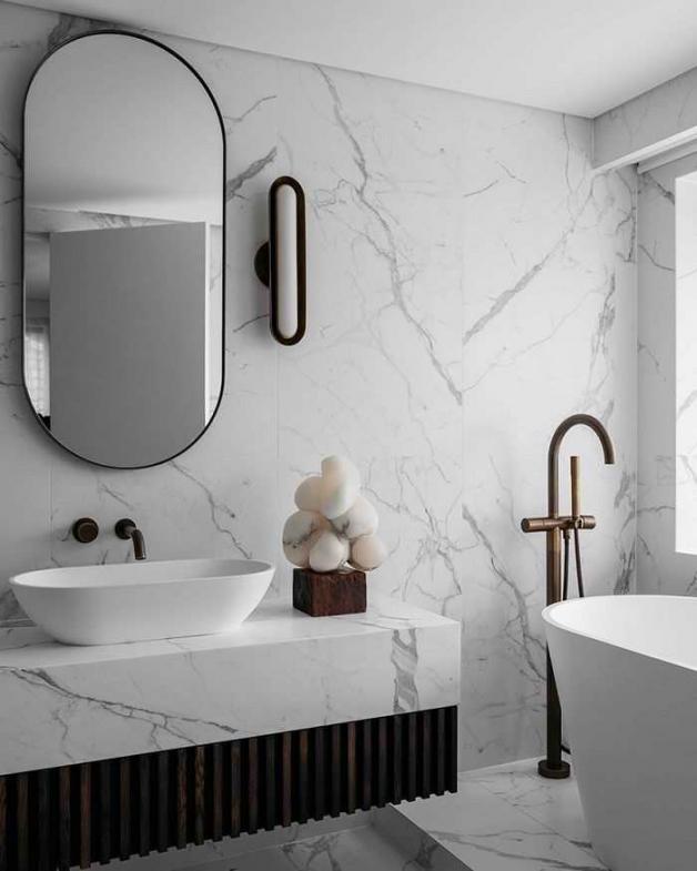 Интерьер ванной с плиткой под мрамор
