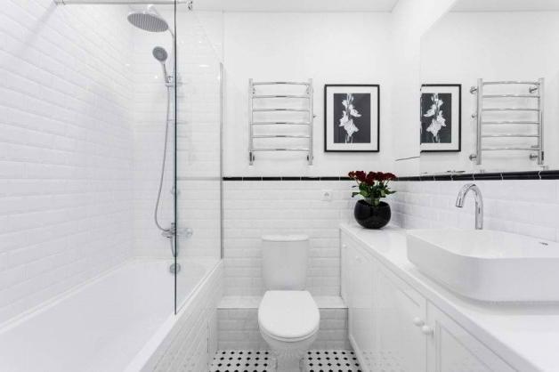 Небольшая черно-белая ванная