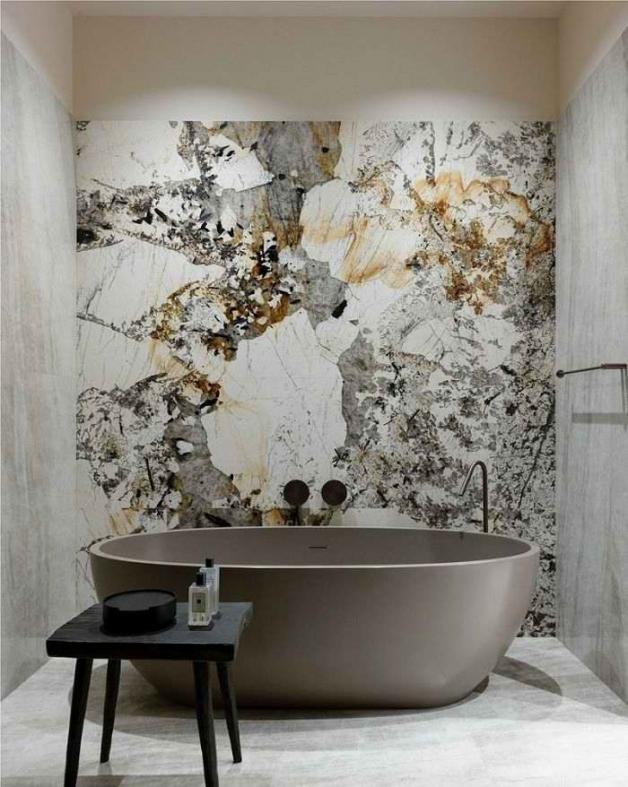 Мраморная стена в интерьере ванной
