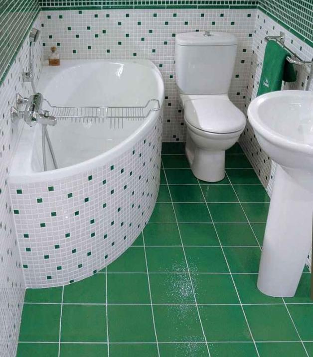 Угловая ванна в маленькой комнате