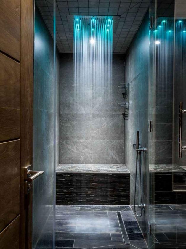Тропический душ в ванной комнате темного цвета